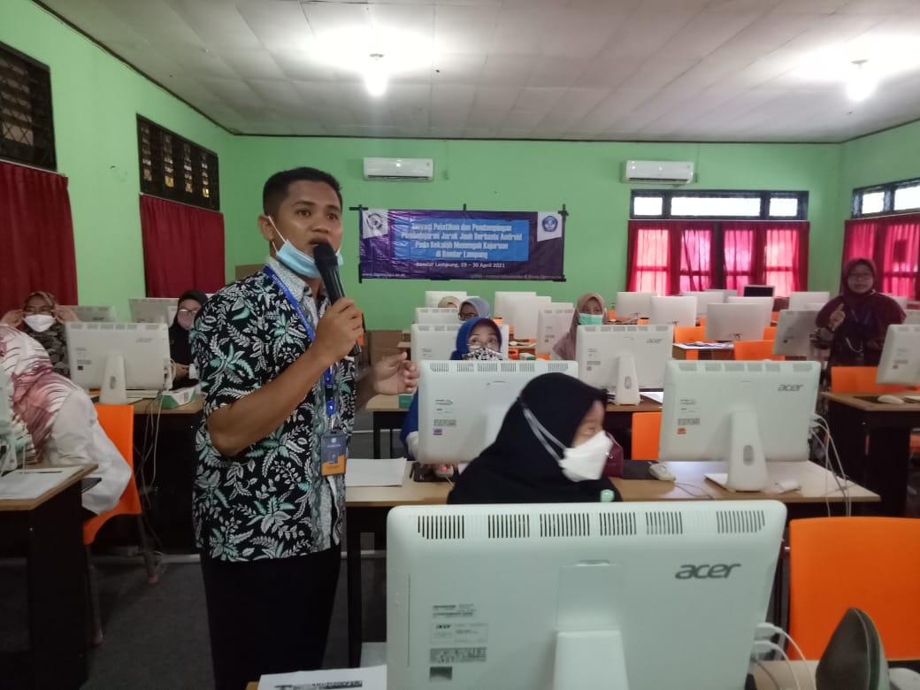 Tiga Dosen IIB Darmajaya Kenalkan LMS dalam Pengabdian di SMKN 3 Bandarlampung